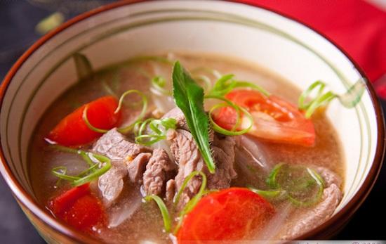 Canh thịt bò cà chua món ăn giúp mẹ nhiều sữa